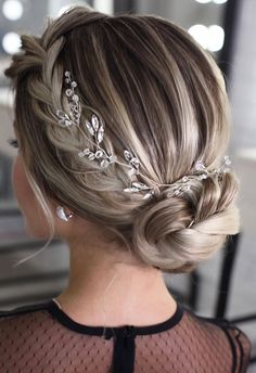 100 Best wedding hairstyles updo for every length Looking for the latest hair do? Whether you want to add more edge or elegance – Updo hairstyles can easily make you look sassy and elegant. Romantic Wedding Hair, Long Hair Wedding Styles, Simple Wedding Hairstyles, Elegant Hairstyles, Messy Hairstyles, Hairstyle Ideas, Rustic Wedding, Latest Hairstyles, Formal Wedding