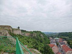 Twierdza Kłodzko to duża budowla ochronna położona na Gorze Zamkowej (Fortecznej), zajmująca ok. 30 hektarów. Twierdza główna zachowała się dobrze, natomiast Fort posiłkowy Owcza Góra (po drugiej stronie Nysy) jest zniszczony.  Od końca XIX wieku do końca XIII wieku na Górze zamkowej istniał gród ob