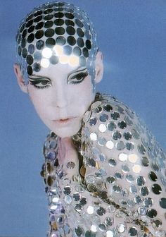Peggy Moffitt, disco ball couture mirror ball pieces look great on stage Disco Party, Disco Ball, Op Art, 1960s Fashion, Vintage Fashion, Fashion Models, Mode Bizarre, Peggy Moffitt, Eye Makeup
