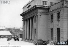 Gmach NSDAP - widok zewnętrzny. Widoczne zaparkowane przed gmachem samochody osobowe.