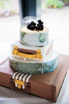 27 Travel-Inspired Wedding Ideas You& Want To Steal Funny Wedding Cakes, Themed Wedding Cakes, Wedding Humor, Themed Cakes, Themed Weddings, Vintage Suitcase Wedding, Vintage Suitcases, Suitcase Cake, Travel Cake