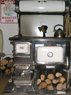 Cook on a Wood Stove How to Cook on a Woodstove in 9 Steps. I grew up with my mother cooking on a wood stove. When my parents built the house they made sure to have a large kitchen so it could accommodate a wood stove and and oven/range. Pretty neat if ya Old Stove, Stove Oven, Kitchen Stove, Old Kitchen, Vintage Kitchen, Kitchen Decor, Country Kitchen, Country Life, Country Living