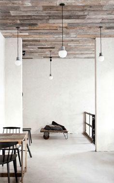 het hout als idee voor een vloer: verschillende kleuren latjes