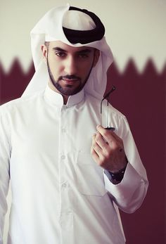 The traditional dress of Qatar is a pure Arabian endowment. Perfectly ironed and neat thobe is the traditional dress for men in Qatar. Thobe or thoub is a long and normally white shirt along with trousers which reaches to the ground. Arab Fashion, Muslim Fashion, Mens Fashion, Traditional Dresses Images, Traditional Outfits, Doha, Thobes Men, Middle Eastern Men, African Clothing For Men