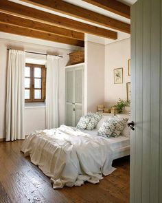 perfect classy bedroom (via Interior inspirations) via my ideal home. Another relaxed way to dress a bed. Closet Bedroom, Home Bedroom, Bedroom Decor, Warm Bedroom, Bedroom Colors, Master Bedroom, Trendy Bedroom, Bedroom Ideas, Serene Bedroom