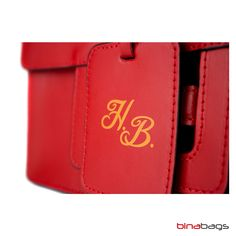 Initialen in Farbe auf roter Ledertasche You Bag, Logos, Brand You, Wallet, Leather Bag, Red, Color, Taschen, Logo