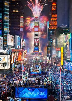 My bucket list:go to Times Square in New York City and watch the ball drop on New Years EVE. And at the same time, kiss someone at midnight! New Year's Eve Times Square, New York City, Top 10 Destinations, Voyage New York, Destination Voyage, City That Never Sleeps, New Year Celebration, Nouvel An, New Years Eve