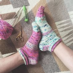 BAM! I just finished kitchenering and weaving in the ends. I admittedly got lazy and made the ribbed section on the second sock quite short, but they're already mismatched and rather crazy, so I don't mind! This pattern was super fun to knit- well done @orangeknits! I'll be making more of these! Pattern: #jellyrollsocks Yarn: Raspberry Beret and Something Blue by @_lolodidit