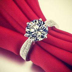 Anello di fidanzamento con Diamanti ai lati e Diamante Solitario al centro.  Val al catalogo Anelli: http://www.torinogioielli.com/Anelli