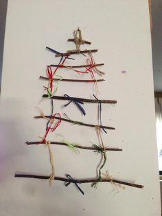 albero natalizio da appendere realizzato con legnetti