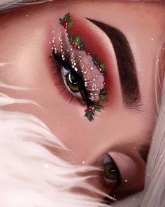 📸 created this amazing Christmas look 🌿 MISTLETOE🌿 using So impressed by the perfect details~ 😍😍 . Christmas Makeup Look, Holiday Makeup Looks, Winter Makeup, Cute Makeup, Gorgeous Makeup, Pretty Makeup, Competition Makeup, Creative Makeup Looks, Photo Makeup