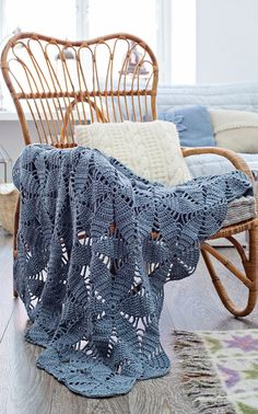 Irish lace, crochet, crochet patterns, clothing and decorations for the house, crocheted. Plaid Crochet, Crochet Granny, Irish Crochet, Crochet Stitches, Free Crochet, Crochet Afghans, Crochet Roses, Plaid Bleu, Rugs