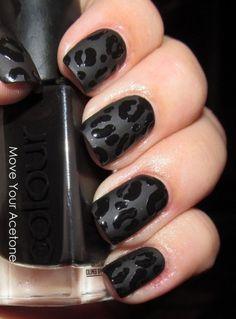 Uñas en color negro mate con diseño de leopardo en negro de brillo.