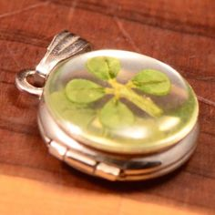 Vintage-Sterling-Silver-Resin-4-Leaf-Clover-Locket-Opens-1g-Pendant-HR833