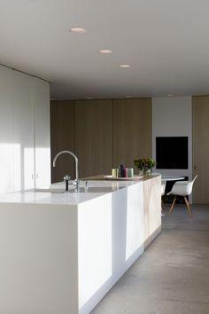Declerck - Daels, architecten - interieur - keuken Wit en hout voeren de hoofdtoon in het sobere interieur.