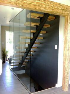 Escalier acier/bois et panneaux de verre. Structure poteaux/poutres en PSL apparent
