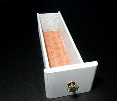 Vintage coser Repurposed cajón caja - cajón pintado blanco apenado - caja con perilla - casa blanca - tela forrado caja de almacenamiento