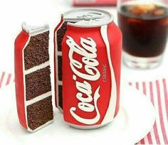 A junk food cake like a hamburger, pizza and Coca Cola cake is always a winner. Coke Cola Cake, Realistic Cakes, Coca Cola Decor, Always Coca Cola, Gateaux Cake, Crazy Cakes, Novelty Cakes, Mets, Creative Cakes