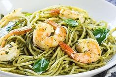 This is a shrimp and linguine recipe flavored with garlic, butter, fresh basil, and Parmesan cheese. Serve it with a salad for a tasty lunch or dinner. Veggie Recipes, Cooking Recipes, Healthy Recipes, Veggie Food, Pate Spaghetti, Sauce Pesto, Linguine Recipes, Butter Pasta, Parmesan