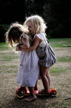Hoy vengo a hablar de AMISTAD, amistad en mayúsculas, amistad de sangre, de piel, de valores, de entrañas ...        La inocencia y la amis...