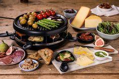 Kan du tenke deg noe deiligere enn dryppende smeltet ost på alt av det du liker best. KjørRaclette-aften! Raclette Vegan, Raclette Fondue, Raclette Ideas, Raclette Originale, Brie, Cheddar, Dips, Picnic, Cooking
