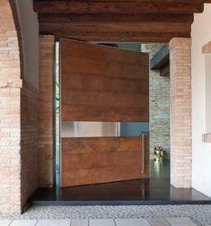 OIKOS - SYNUA Adriani e Rossi è la porta per le grandi dimensioni, con funzionamento a bilico verticale. Completamente complanare al muro, trasmette un messaggio di tecnica e design che affascina e dona una vera e propria emozione. La linea essenziale, pulita e raffinata, rende Synua una porta d'ingresso certificata in Classe 3, capace di soddisfare qualsiasi esigenza stilistica e progettuale. Viene rivestita con un sistema di settori orizzontali montati uno dopo l'altro.