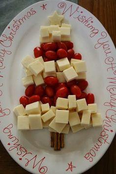 sapin de Noël avec fromages et petites tomates