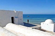 Sur la côte ouest, la mosquée de Sidi Jemmour surplombe la mer. ©Nicolas Fauqué / www.imagesdetunisie.com