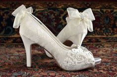 Wedding Shoes Lace Wedding Shoes Peep Toe Heels por Pink2Blue