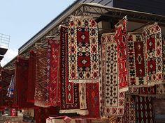 Handgefertigte traditionelle Teppiche auf einem Basar in Skopje // Skopje Ćilimi ◆Mazedonien – Wikipedia http://de.wikipedia.org/wiki/Mazedonien #Macedonia
