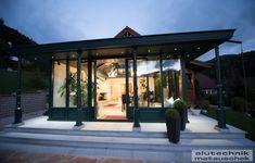 Unsere Fenster-Experten und Designer, haben dieses spezielle System wegen zahlreicher verschiedener Kundenwünsche entwickelt. Die Anpassung an unterschiedliche Haustypen und Hausstile ist damit leichter umsetzbar geworden. Der Name Exklusiv verrät schon die Besonderheit dieser Wintergarten-Linie und wir können Ihnen versprechen, dass Sie sich damit einen Wohntraum erfüllen werden. Modern, Designer, Outdoor Decor, Home Decor, Energy Conservation, House Styles, Winter Garden, Remodels, Windows