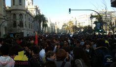 Todavía falta casi un mes para las Fallas de Valencia, pero la Plaza del Ayuntamiento ya está llena de gente. El motivo es que los estudiantes se han echado a la calle en Valencia para protestar por los recortes. Autor: svalldecabres. #PrimaveraValenciana