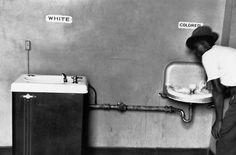 """Elliott Erwitt izlediğiniz fotoğrafı 1950 yılında Kuzey Karolayna'da çekmiş. Soldaki çeşmenin üzerinde """"Beyaz"""", sağdakinin üzerinde ise """"Renkli"""" yazıyor. Beyazlara mahsus olan çeşmenin sağdakinden farkını gözden kaçırmak imkansız."""