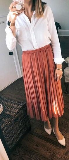 white dress shirt and brown pleated skirt. Accordian Skirt, Pretty Outfits, Cool Outfits, Brown Pleated Skirt, Tent Dress, Casual Summer Outfits, Distressed Skinny Jeans, Work Casual, Skirt Outfits