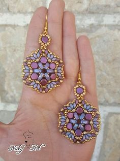 Skill level: Easy Materials: Czech Cali Beads, Honeycomb Beads, superduo, fire polish and seed beads Beaded Bracelet Patterns, Jewelry Patterns, Beading Patterns, Loom Patterns, Embroidery Patterns, Seed Bead Earrings, Beaded Earrings, Beaded Bracelets, Seed Beads