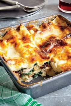 Chicken, Spinach, And Mushroom Lasagna Chicken Thighs Poach Until Tender In Stock, Which Becomes The Base For A Creamy Bchamel Sauce. No-Boil Noodles Absorb More Liquid During Baking For A Sturdy Slice After Freezing And Reheating. Italian Recipes, New Recipes, Vegetarian Recipes, Dinner Recipes, Cooking Recipes, Favorite Recipes, Healthy Recipes, Spinach Stuffed Mushrooms, Spinach Stuffed Chicken