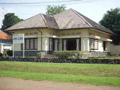 Home history 2019 Dutch Colonial Homes, Modern Colonial, British Colonial Style, Hawaiian Homes, Home History, Dutch House, Classic Building, Colonial Architecture, Tropical Houses
