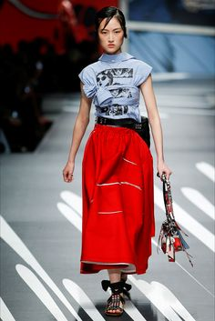 Guarda la sfilata di moda Prada a Milano e scopri la collezione di abiti e accessori per la stagione Collezioni Primavera Estate 2018.