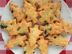 Für herzhafte Naschkatzen ist in der Weihnachtszeit nicht viel zu holen. Die meisten Leckereien bestehen aus Schokolade, Marzipan oder Lebkuchen. Doch warum nicht Kekse auch mal herzhaft backen! Das Rezept für Parmesan-Oliven-Plätzchen gibt es hier.