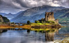 Today we are visiting (thanks to the internet in my home) the Eilean Donan Castle in Scotland. Eilean Donan is actually the name of a small tidal island situated at the meeting of the three Scotland Castles, Scottish Castles, Scotland Uk, Scotland Nature, Scotland Landscape, Aberdeen Scotland, Scotland History, Inverness, Lago Ness