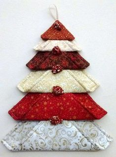 fabric crafts christmas DIY Wall Christmas Tree to Except your Space Wall Christmas Tree, Fabric Christmas Ornaments, Diy Christmas Gifts, Christmas Projects, Handmade Christmas, Christmas Fun, Christmas Patchwork, Christmas Quilting, Fabric Christmas Decorations