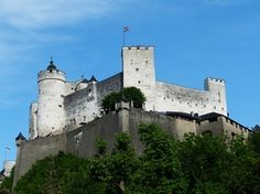 Het Hohensalzburg kasteel is een van de grootste middeleeuwse kastelen van Europa. Het kasteel ligt op de Festungsberg in het zuiden van de Altstadt, de oude stad.