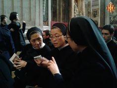 Monges consulten les últimes novetats a internet