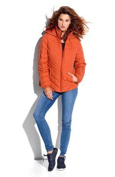 Krótka, ocieplana kurtka z odpinanym kapturem w pięknym pomarańczowym kolorze, 189 zł.