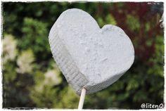 Hjerter på blomsterpinne,  støpt i betong.