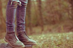 """""""A estrada da vida, mesmo se na nossa frente, continua uma incógnita.Mas somos nós os passantes. E se nosso sonho é uma flor, que a colhamos!Se é uma viagem, que a façamos com o maior prazer!Se é estar com alguém, que estendamos então nossas mãos e apressemos nossos passos!Não sei o que virá depois da próxima curva.Mas o que sei é que antes dela, cada um deve procurar fazer-se feliz. Depois, virá o que virá!..."""" (letícia thompson)"""
