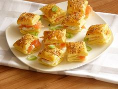 Bladerdeeghapjes met zalm en roomkaas / Puff pastry bites with salmon and cream cheese Tapas, Snacks Für Party, Appetizers For Party, Sandwiches, Enjoy Your Meal, Snack Recipes, Cooking Recipes, Good Food, Yummy Food