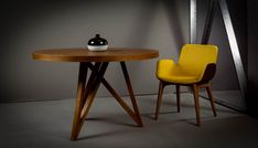 Μοντέρνα τραπεζαρία G.Fancy από ξύλο δρυ σε στρογγυλό σχήμα με δυνατότητα επέκτασης συνδυασμένο με καρέκλα-πολυθρόνα σε ρετρό στυλ με αναπαυτικό κάθισμα, επένδυση από ύφασμα και ξύλινα πόδια.