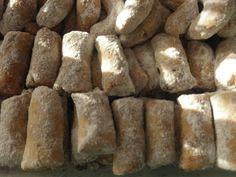 Ořechy a rozinky si nasekáme na hrubo. Z mouky, másla a cukru zaděláme hladké nelepivé těsto, zapracujeme sek...