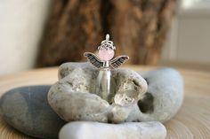 niedlicher kleiner Schutzengelanhänger aus Glasperle (Bauch) Rosenquarzperle (Kopf) und Tibetsilberflügelchen    als Highlight auf einem Geschenk